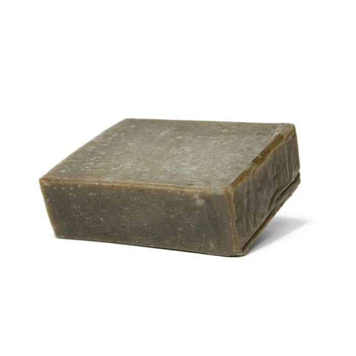 Die Zero Waste Duschseife Nordmoor mit außergewöhnlicher Duftkombination von wohltuendem Zedernholz, Fichtennadel und nervenstärkendem Salbei.